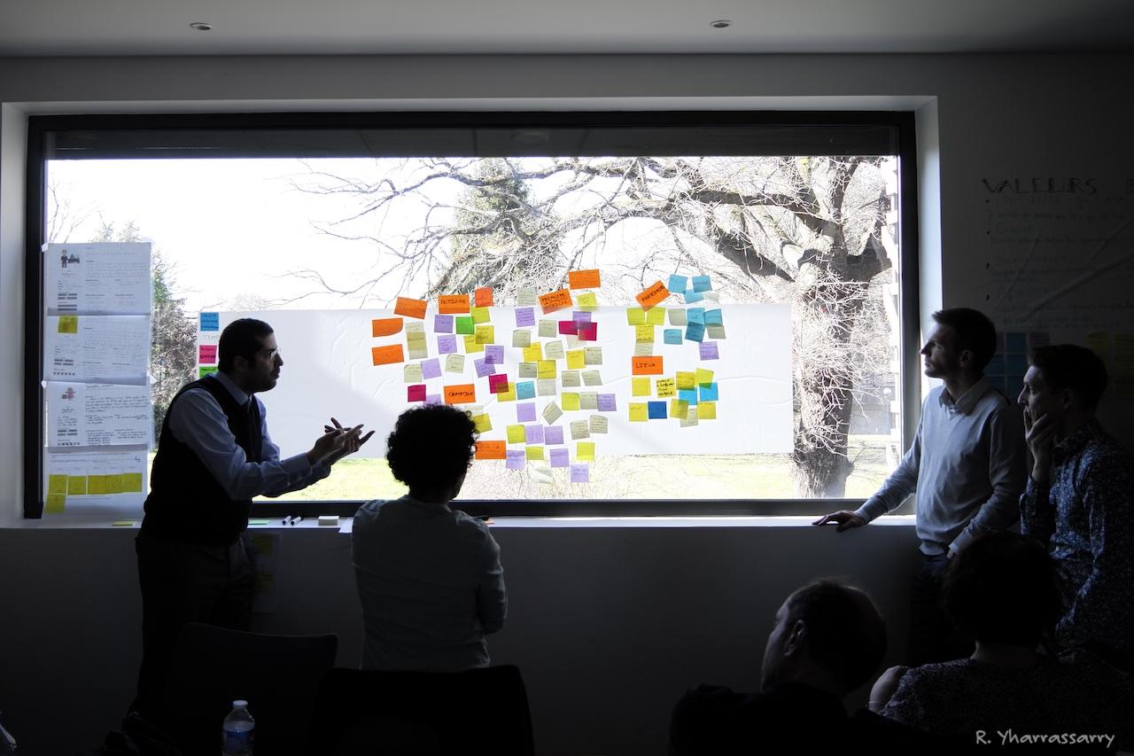 Participants discutants lors de l'atelier.